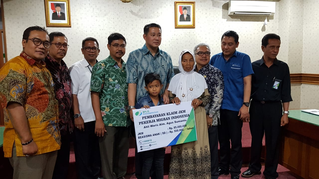Meninggal di Malaysia, Keluarga TKI Asal Ngawi Terima Klaim Asuransi dari BPJS Ketenagakerjaan