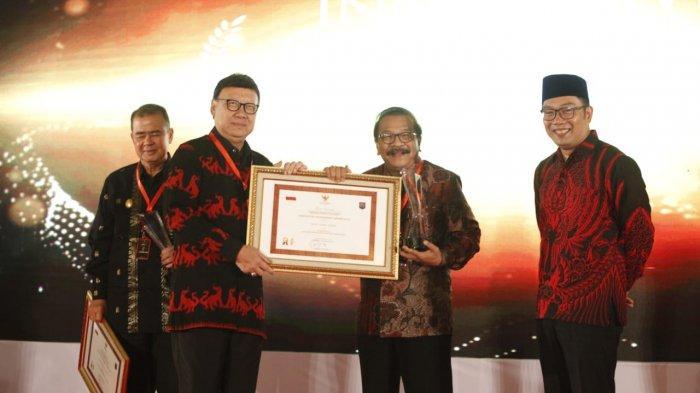 Gubernur Jatim Terima Penghargaan Pemprov Terinovatif IGA 2018, Dalam Pelayanan Masyarakat