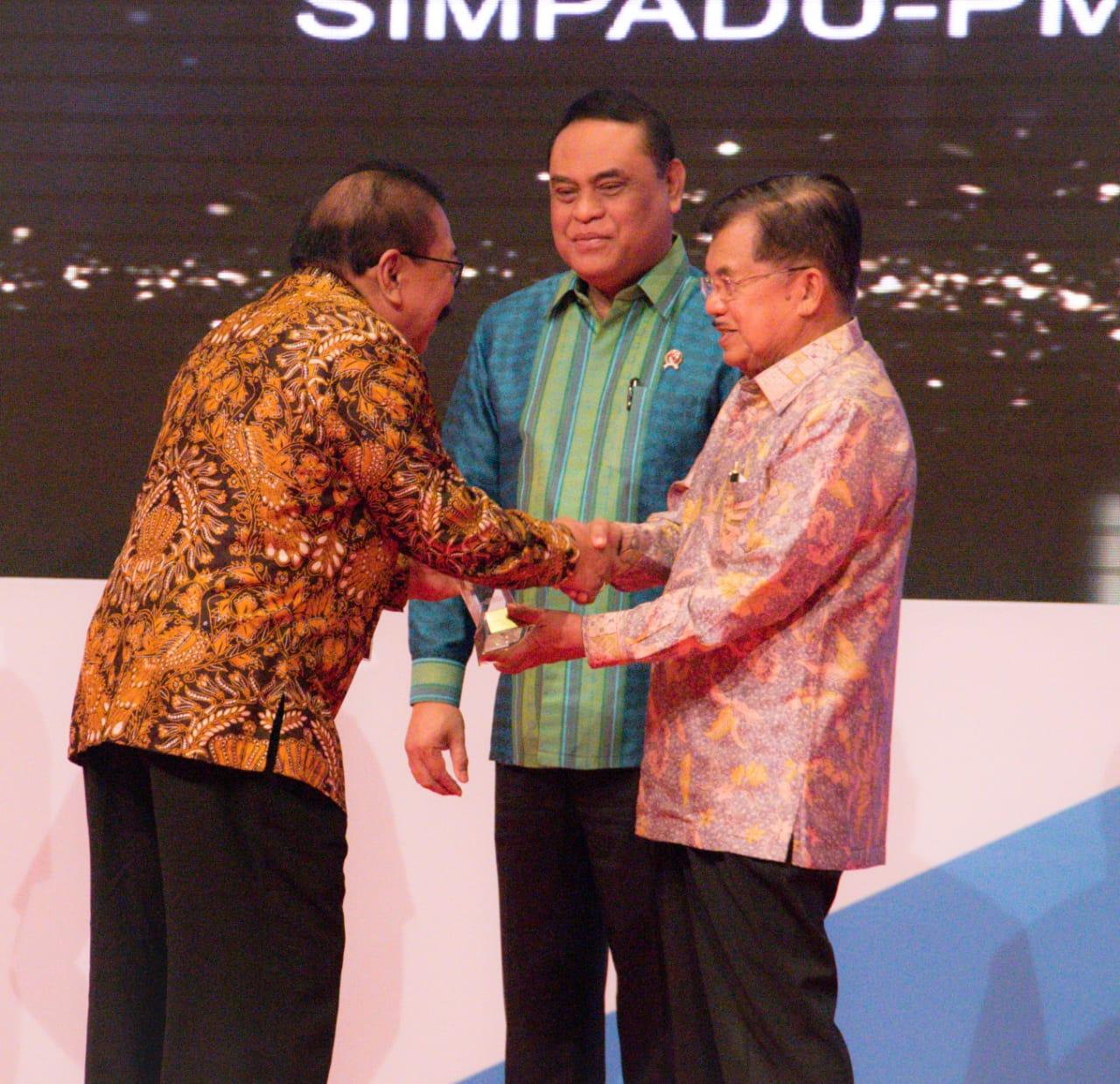 Soekarwo Raih Dua Penghargaan Top 40 Inovasi Pelayanan Publik dari Wapres RI