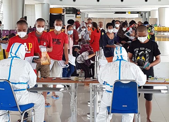 151 Pekerja Migran di Malaysia Dideportasi Tiba di Juanda. Gubernur Jatim Berikan Bantuan